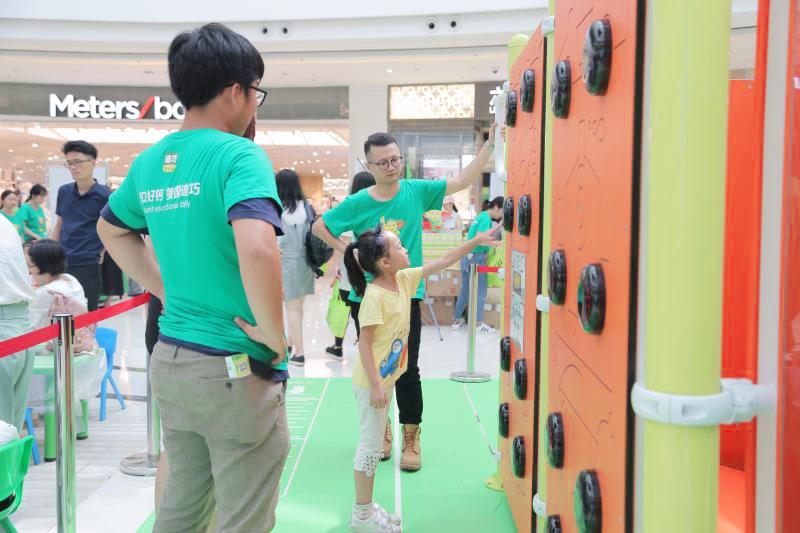 孩子们正快乐地参与在活动中2.jpg